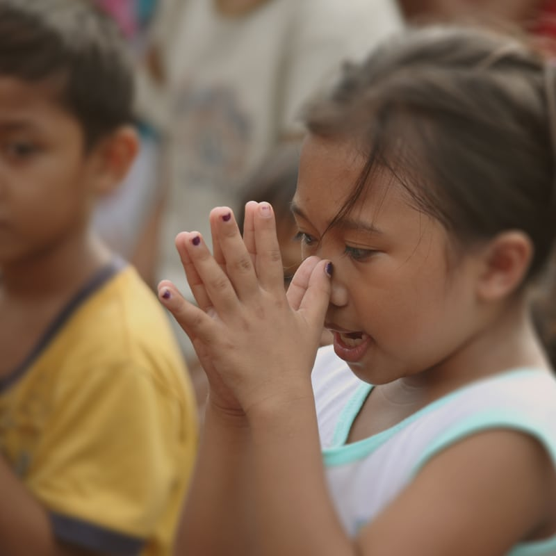 Benny Hinn Mission Outreach - Child Praying